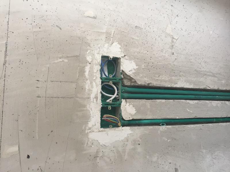水电改造规范,按照今朝标准工艺施工,水管横平竖直,吊杆卡子合理,固定没有松动。焊接接头也很少,没有出现有弯曲现象。
