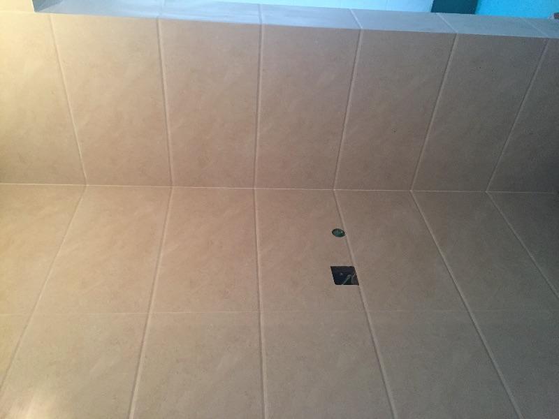 瓦工施工质量很好,贴砖平整度符合规范,砖缝预留均匀,开孔使用开孔器,对角使用倒角。误差比较小。
