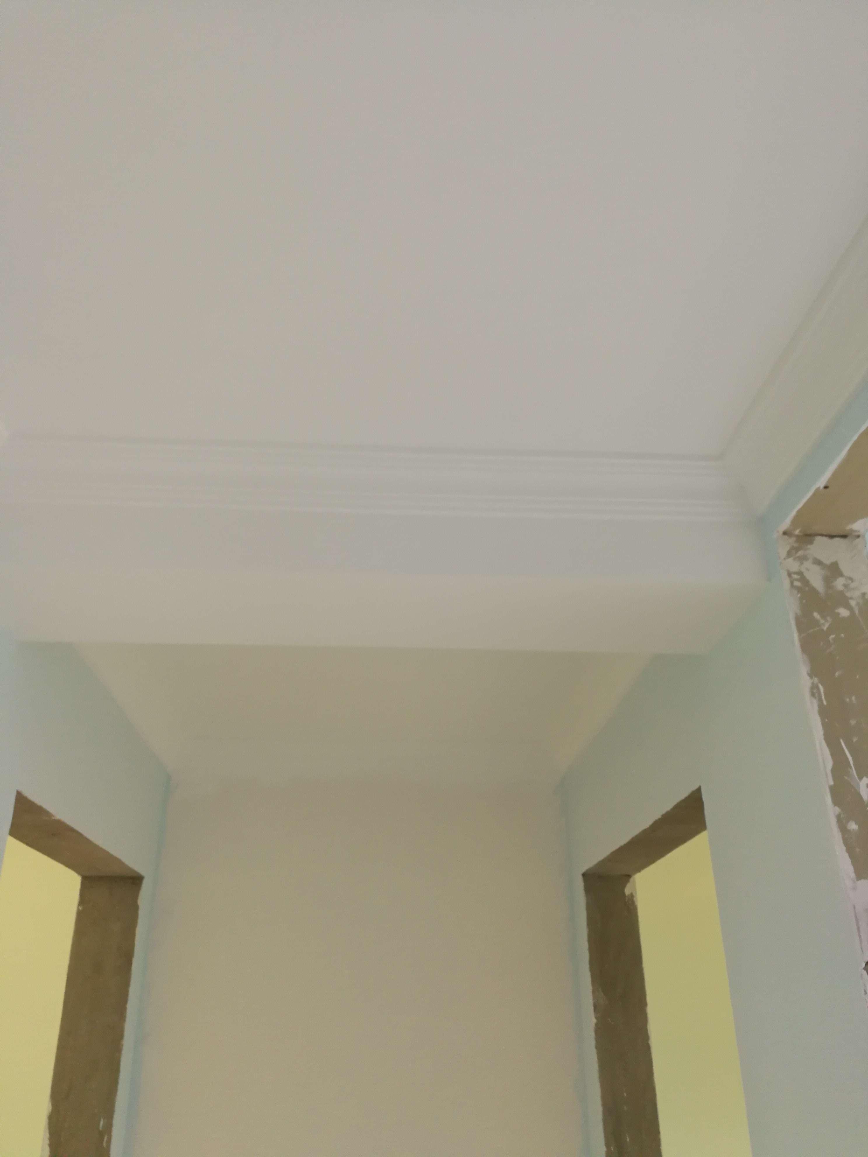 吊顶龙骨安装无不牢固隐患,主次龙骨间距合理,吊顶工程中板面的接缝直线度达标。