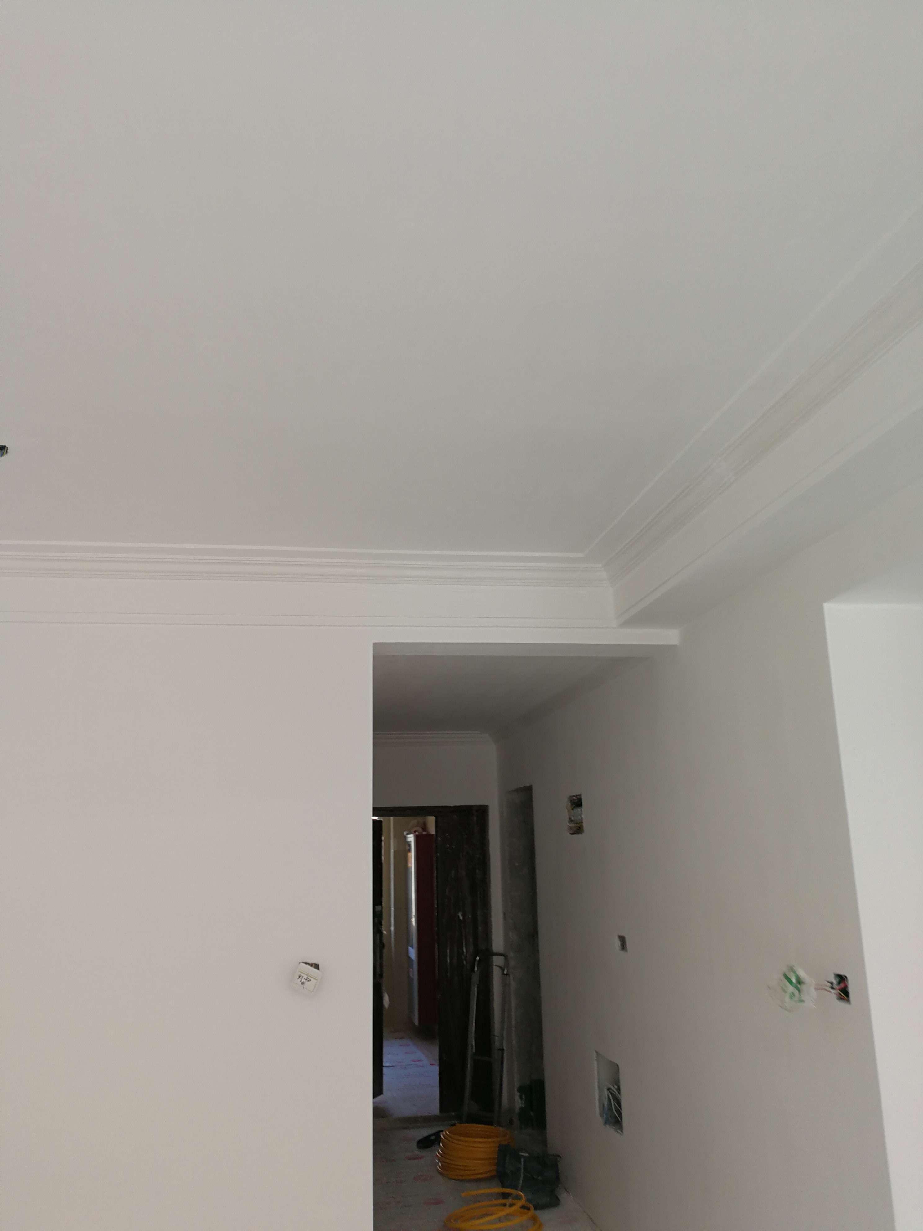 油漆工做工很细腻,严格按照公司要求底漆加面漆工艺和施工要求操作,墙面平整度达标。