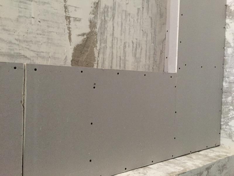 木工施工阶段已经完成,石膏板顶面钉子涂刷防锈漆以及防火涂料。拐角使用套割,龙骨间距符合规范,骨架固定结实。