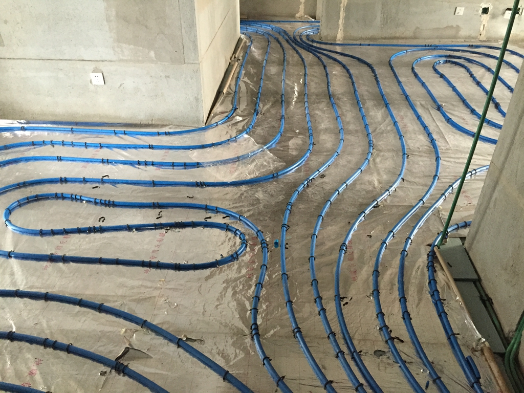 水路开槽处防水涂刷非常好,其厚度符合国家标准要求。