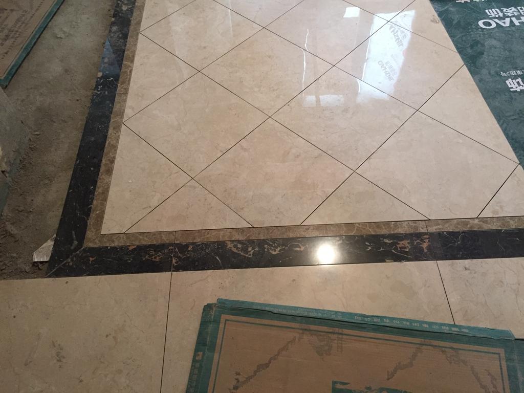 厨卫墙地砖铺贴完成后张贴水电改造字贴,卫生间地面砖坡度符合标准要求.