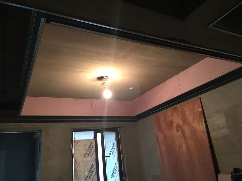 吊顶工程中表面平整度接缝合格,吊顶工程中板面的接缝直线度达标,吊顶龙骨安装无不牢固隐患,加膨胀螺栓确保品质.