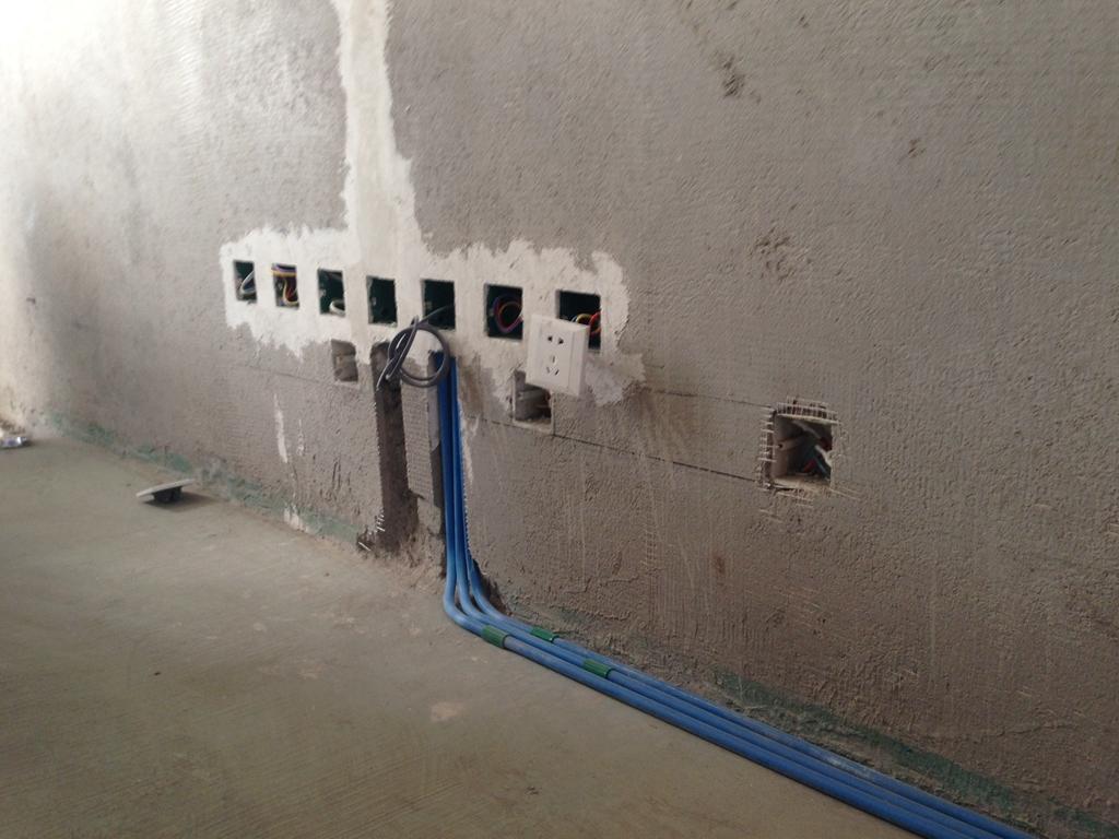 水电路改造有图片存档并做好提示线条,做防水前基层平整无松动,防水涂料按照标准要求涂刷。