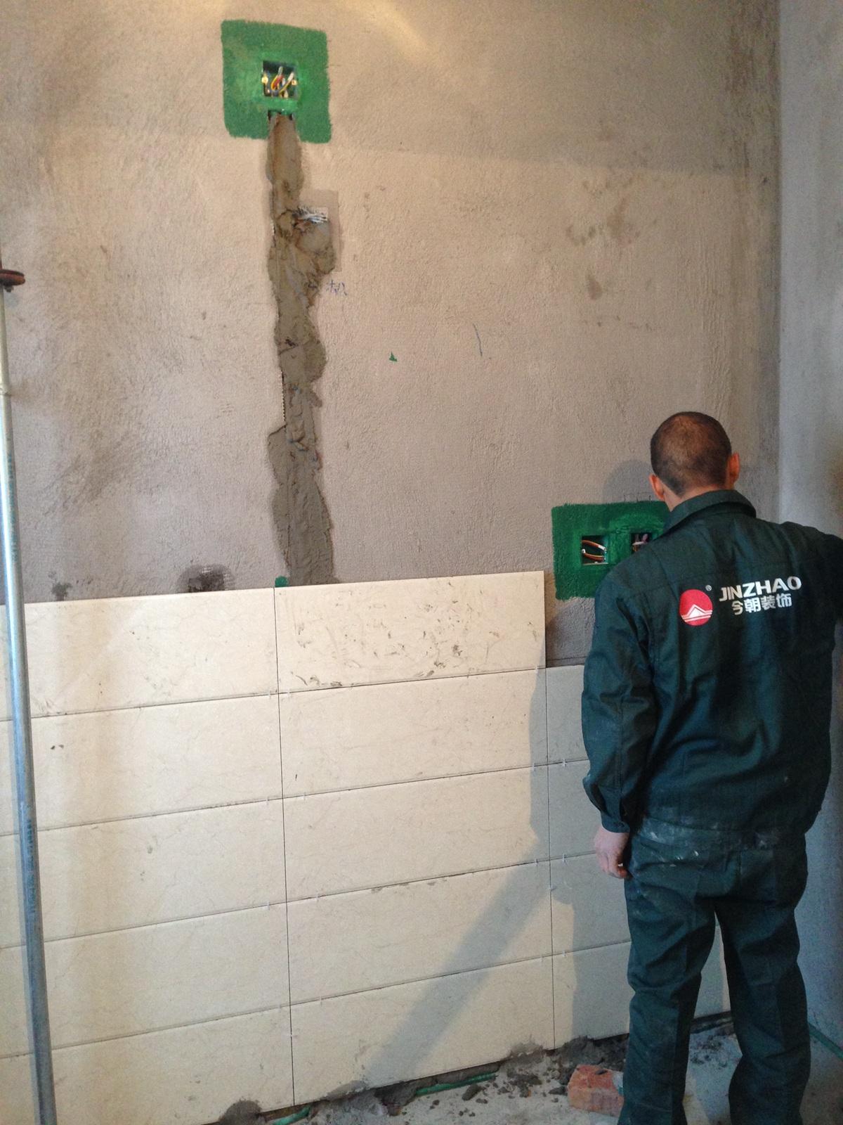 铺贴的墙砖和地砖都非常平整,而且缝隙处理都均匀,阴角平直。