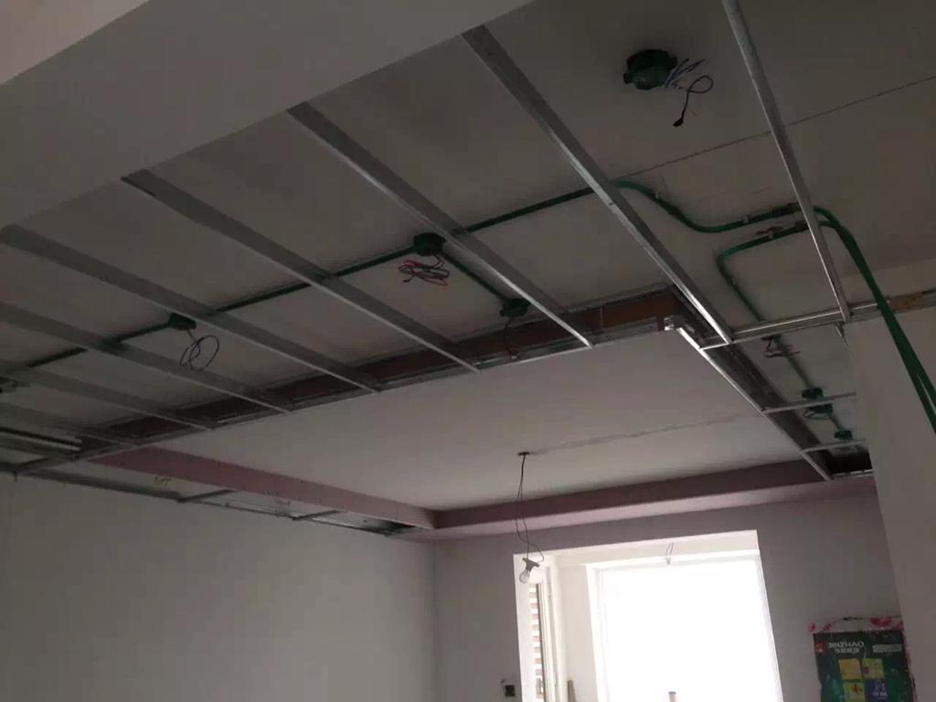 木工吊顶认真,轻钢龙骨结实,结构都很紧凑,接缝处也都用石膏板处理到位。