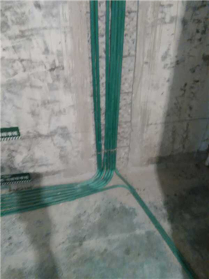 电路布线按标准分色 ,水电改造直线90度平面错层,水路已经做打压试验达到标准水压值,电线线头无裸露。
