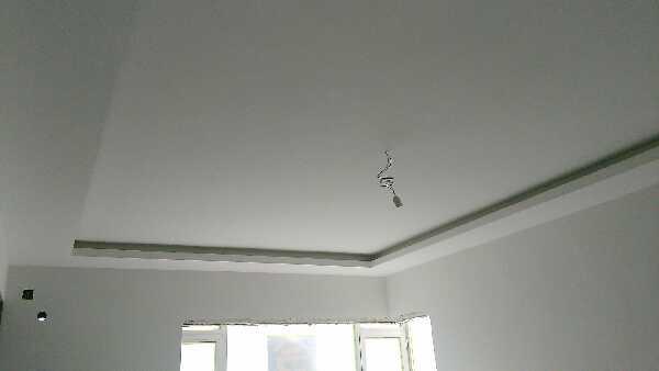吊顶工程中表面平整度接缝合格,吊顶工程中板面的接缝直线度达标,基层腻子平整牢固无起皮。