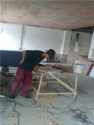 现场工人在做吊顶,认真负责。