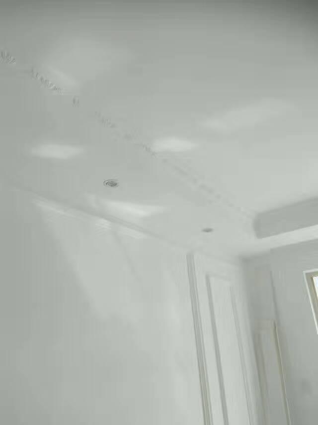 涂料刷完后无流坠沙眼刷纹返碱现象达到标准施工,涂料刷完后色差在标准控制范围内,基层腻子平整牢固无起皮。