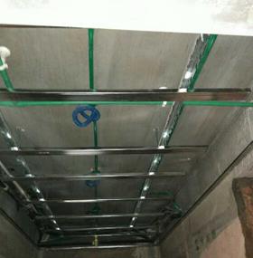 水电改造直线90度平面错层,水电开槽顺直无斜开槽,.防水涂料按照标准要求涂刷,防水做24小时闭水试验。