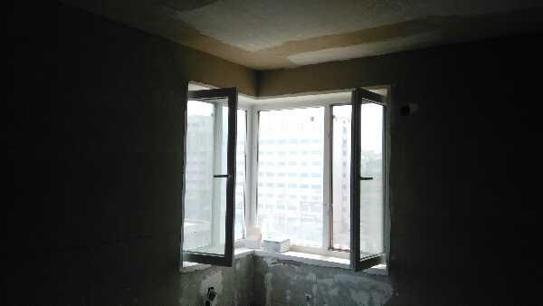 吊顶龙骨安装无不牢固隐患,加膨胀螺栓确保品质,主次龙骨间距合理,石膏板使用L型整板,吊顶工程中板面的接缝直线度达标