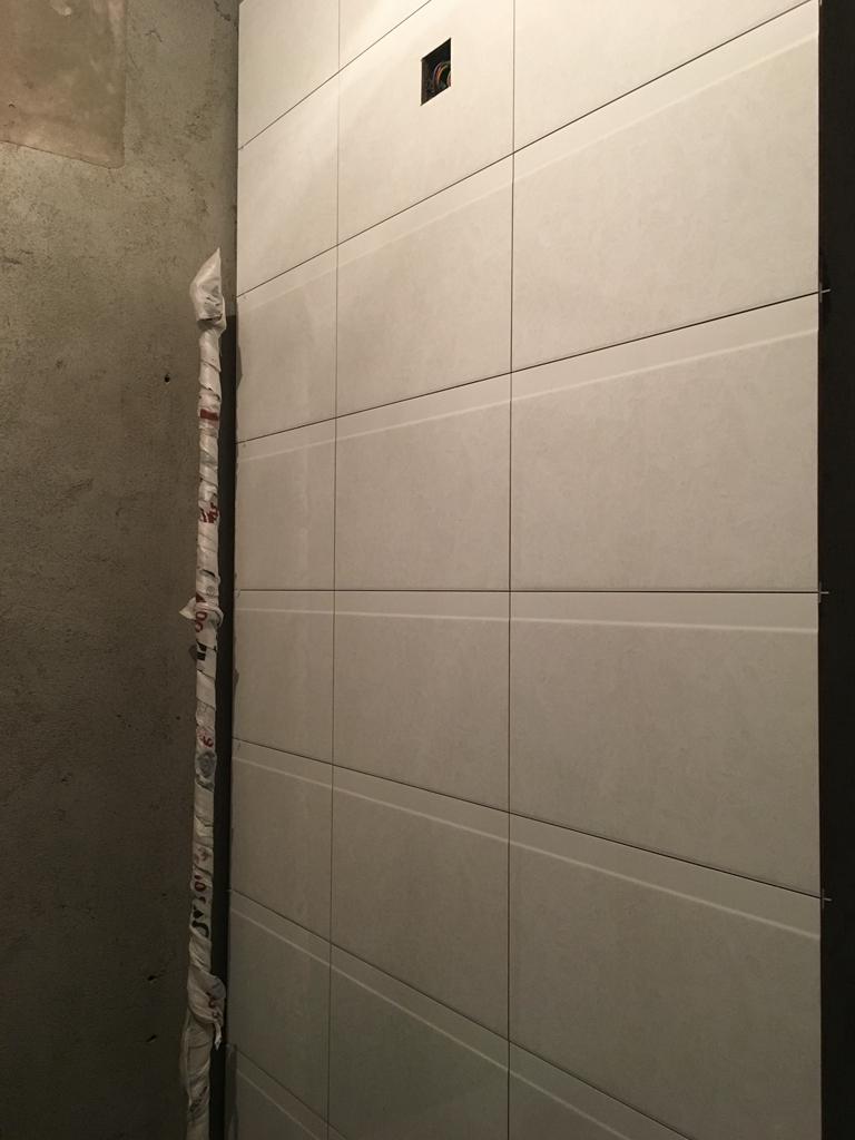 厨卫墙地面砖铺贴墙砖压地砖(新工艺),厨卫墙地砖铺贴完成后张贴水电改造字贴,地面找平平整度及强度符合要求,水路已经做打压试验达到标准水压值。