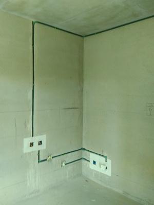 电路布线按标准分色,水电路改造有图片存档并做好提示线条,水电改造直线90度平面错层,水电开槽顺直无斜开槽。