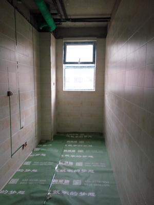 卫生间墙地砖铺贴完成后张贴水电改造字贴,地面保护完整。