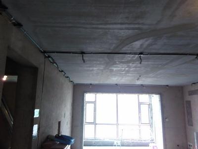 水电改造施工标准,布管按照设计师合理的线路布管,非常美观,水管横平竖直,吊杆密度适合