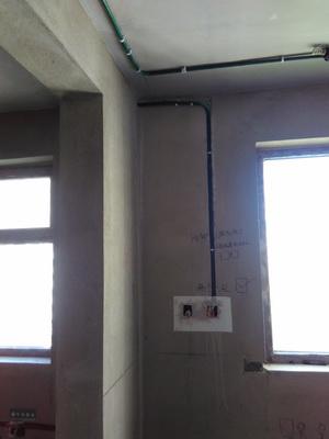 电路布线按标准分色 ,水电改造直线90度平面错层,水路已经做打压试验达到标准水压值,电线线头无裸露