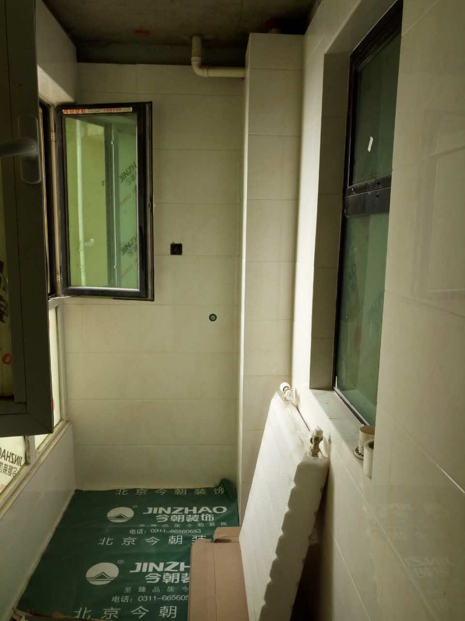 ballbet贝博登陆_鑫界王府三室一厅ballbet贝博网址工地瓦工阶段有序进行中,工人贴砖细致,留缝恰当,符合公司标准。