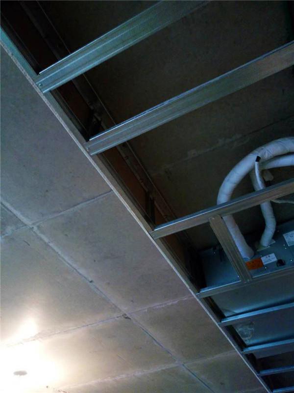 ballbet贝博登陆_同祥城别墅ballbet贝博网址工地吊顶龙骨固定到位。石膏板接缝处处理很到位,都用龙骨以及石膏板链接。