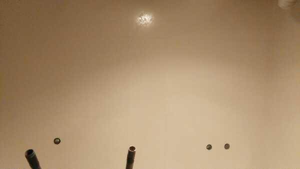 油漆做的工很细腻,严格按照公司底漆加面漆工艺和施工要求操作,墙面平整度达标。