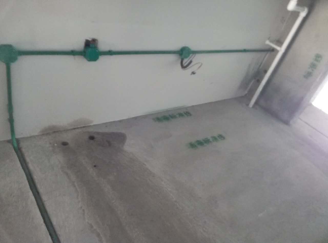 水电施工,水、电线管横平竖直,安装牢固。卫生间顶面电路在上,水路在下,墙面水路防水顺直齐整。