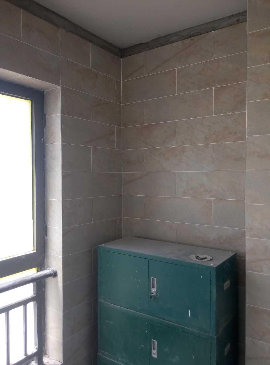 进入泥瓦阶段,瓷砖按公司标准铺贴,整体墙面整洁!