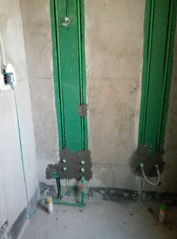 水电路改造有图片存档并做好提示线条,水电路改造按公司要求弹线,水路开槽已经做涂刷防水确保安全(新优质),水电改造直线90度平面错层。