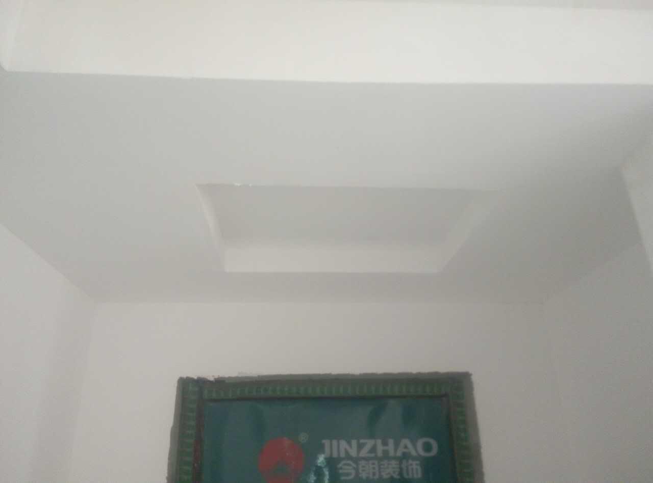 油漆做工很细腻,严格按照公司底漆加面漆工艺和施工要求操作,墙面平整度达标。