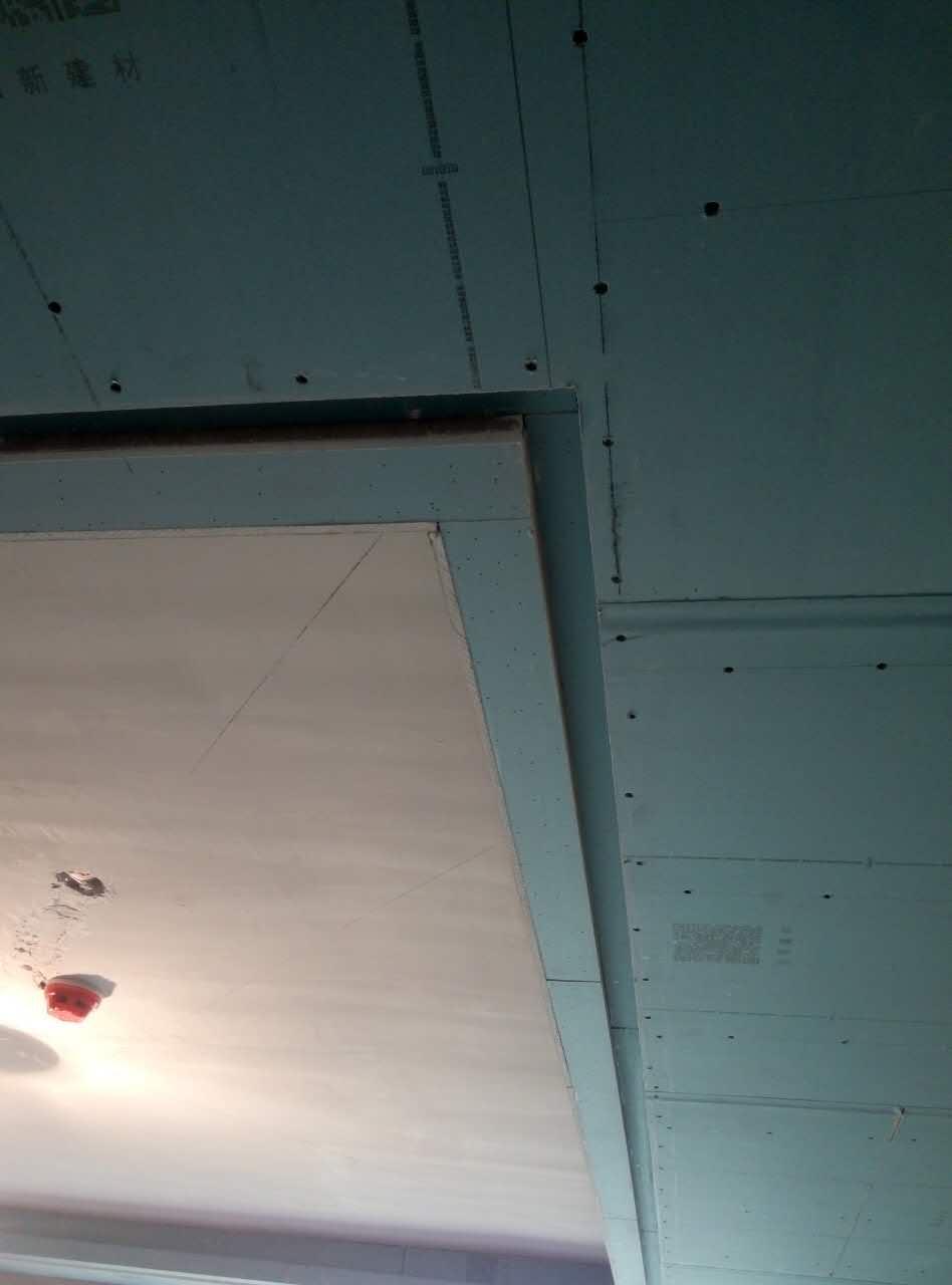 吊顶龙骨安装无不牢固隐患,加膨胀螺栓确保品质,主次龙骨间距合理,石膏板使用L型整板,吊顶工程中板面的接缝直线度达标。