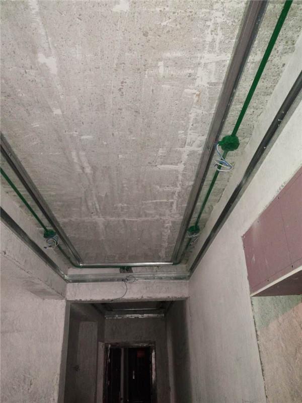 ballbet贝博登陆_国际城四居室ballbet贝博网址工地木工吊顶认真,龙骨结实,结构都很紧凑,接缝处也都用石膏板处理到位。
