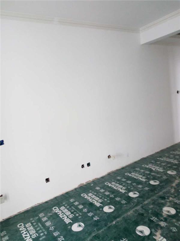 ballbet贝博登陆_鑫界王府三室一厅ballbet贝博网址工地木工吊顶认真,龙骨结实,结构都很紧凑,接缝处也都用石膏板处理到位。